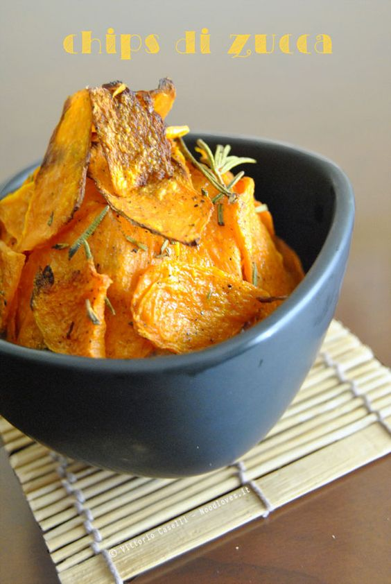 Un'ottima (e sana) alternativa alle patatine in busta.. Delle deliziose chips di zucca al forno, o fritte, aromatizzate. Un contorno completamente vegano!
