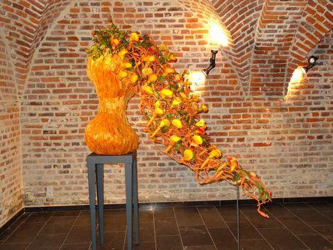 Mooi bloemstuk in oranje/geel