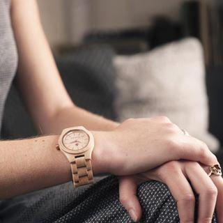 Rosegold Edition - WoodWatch FEMME Kollektion. Hergestellt aus natürlichem Ahornholz, mit rotgoldenen Details veredelt. Eine stilvolle und elegante Uhr für sie.Lieferzeit: 2-4 Arbeitstage.