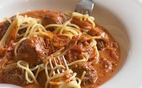 Lady & Vagabonden spaghetti med kødboller og spicy tomat-flødesauce En romantisk spise - hvis man tænker på tegnefilmen!!