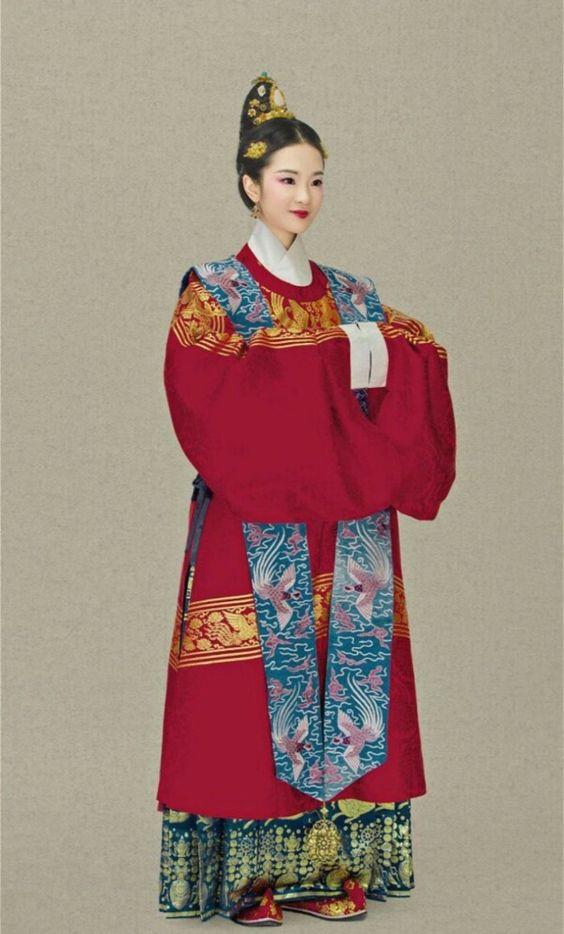明代圆领袍 肩上带子为霞帔 霞帔是一种帔子,它的形状象两条彩练,绕过头颈,披挂在胸前,下垂一颗金玉坠子。