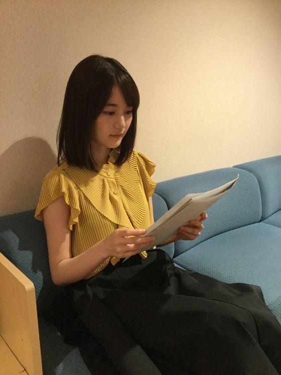 台本を読むかわいい生田絵梨花