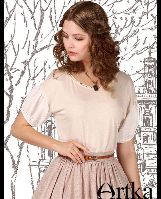 Воздушная блуза со спущеными рукавами-фонариками и фигурной отделкой выреза…