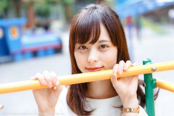 鉄棒越しの山本萩子アナ