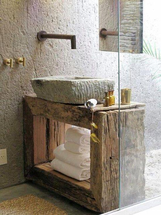 Mueble de baño de madera antigua y piedra labrada