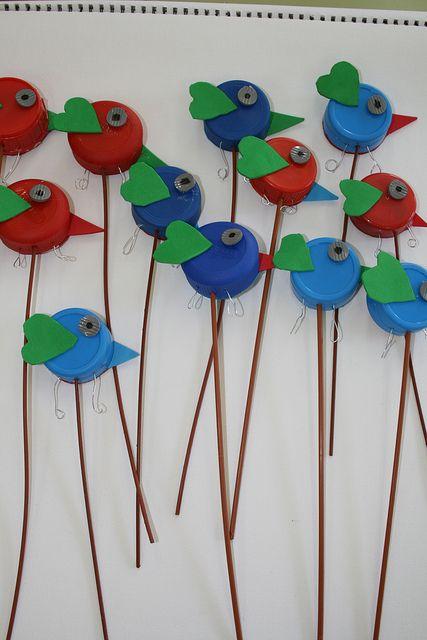 Vogels maken van flessendoppen: