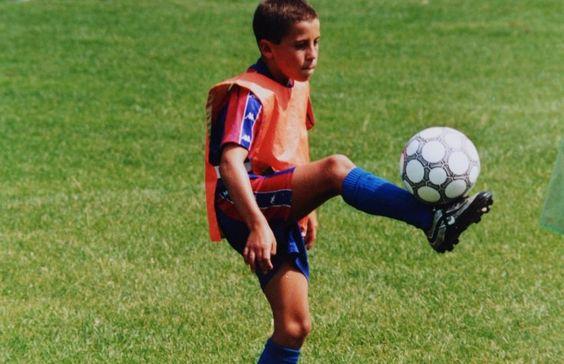 Hazard batendo bola quando criança, com uma camisa do Barcelona #FotosHistóricas