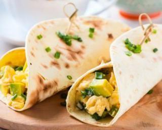 Wraps aux oeufs brouillés à l'avocat pour petit-déjeuner diététique : http://www.fourchette-et-bikini.fr/recettes/recettes-minceur/wraps-aux-oeufs-brouilles-lavocat-pour-petit-dejeuner-dietetique.html