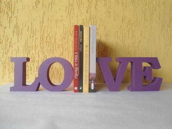 LOVE aparador de livro.  Linda peça para decorar e organizar seu cantinho de leitura.  Peça em MDF pintada ao estilo decorativo.  Pode-ser feito em outras cores, consulte-nos. R$ 88,00