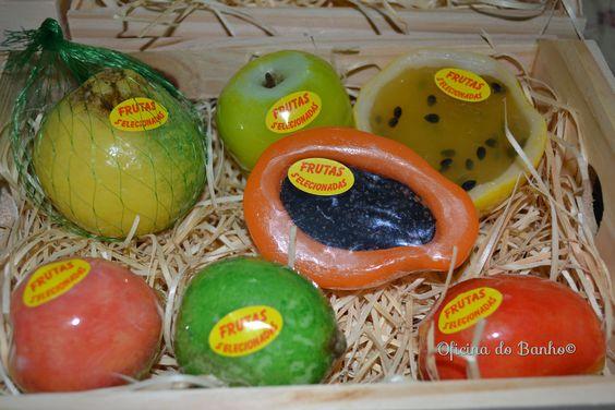 Caixote de frutas contém: mexirica, maçã, maracujá, mamão papaya, pêssego, limão e manga. #handmadesoap: Fruit, Crate