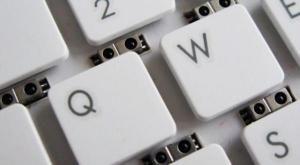 微軟研發出遙控鍵盤,透過紅外線感應手勢,就能輕鬆操縱電腦。(圖片擷取自extremetech)