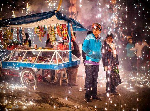 Baño de fuegos artificiales durante la Semana Santa. Acobamba, Tarma, Perú. Fotografía de David Huamani Bedoya