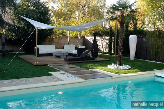 Un jardin contemporain une piscine creus e une all e for Petit salon contemporain