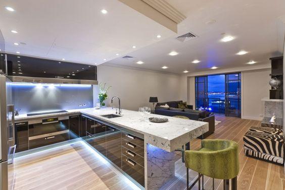 wohnidee moderne küche hochglanz schwarz marmor unterbauleuchten