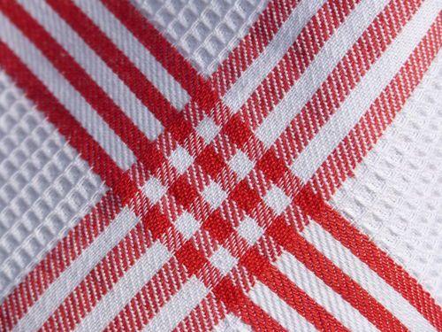 Klassische Geschirrtücher aus Waffelpiqué (100% Baumwolle), hier in weiß mit rotem Musterrand  Durch diese Art des Webens (Waffelpiqué) wird die Oberfläche größer und die Tücher trocknen dadurch einfach wunderbar.  Material: 100% Baumwolle  Maße: 73 x 53 cm
