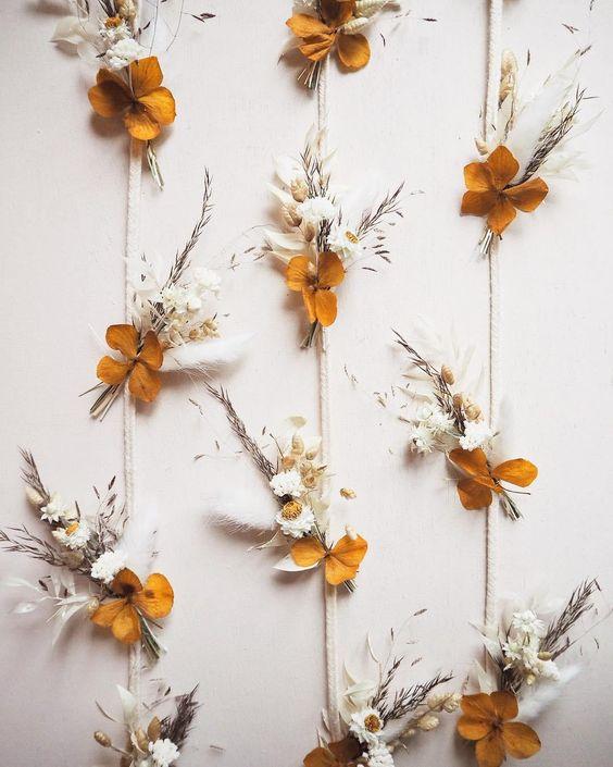 Fleurs séchées DIY guirlande de fleur bouton d'or pour déco romantique mariage photocall originale et champetre #mariage #fleurs #boutondor #madecoamoi #clematc