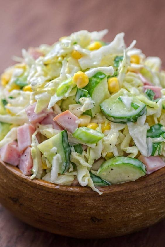 Hecha con repollo fresco, pepinos, jamón, maíz y cebolletas, esta sabrosa y crujiente ensalada de jamón y repollo está llena de vitaminas y sirve para un almuerzo rápido o un acompañamiento.  ❤ COOKTORIA.COM