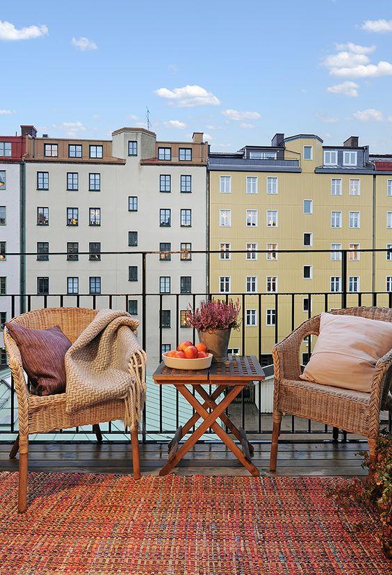 Efterårshygge på altanen med kurvestole, klapbord og varme farver ...