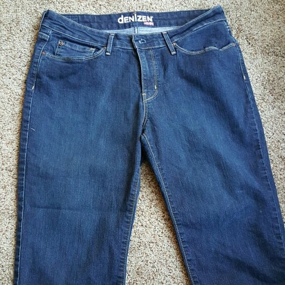 Pair of super comfortable crop jeans Dark wash, cropped jeans! Another comfy pair that I've barely worn. I love the detailing on the back pockets and the nice little bit of stretch the jeans have. Jeans Ankle & Cropped