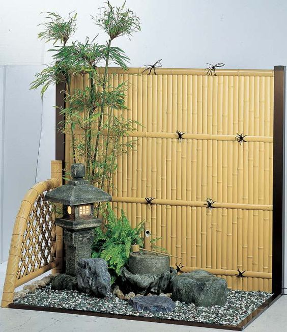 Small japanese garden japanese gardens and wooden trellis for Japanese garden structures wood