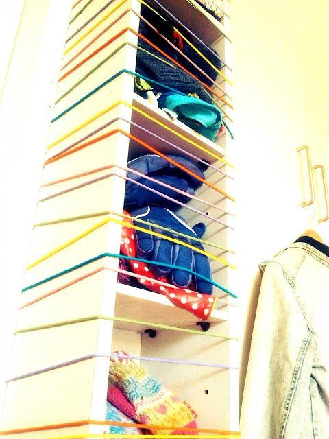 Bunte Gummikordeln und ein IKEA CD Regal ergeben: Eine prima Aufbewahrung für Kinderhüte, Schals und Mützen :)