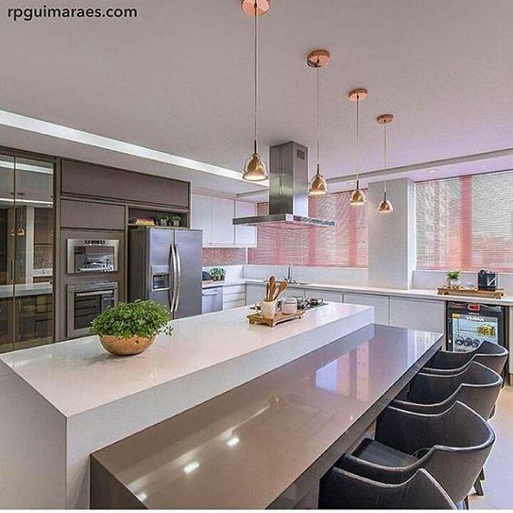 """""""Cozinha l Destaque para a ilha Cozinha com bancada acoplada e quatro delicados pendentes. Projeto Chris Brasil."""