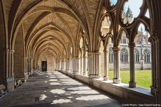 Le cloître gothique de la cathédrale Notre-Dame à Bayonne est l'un des plus vastes de France.  mais avait un rôle de forum : les marchands et édiles s'y réunissaient entre les XIVe et XVIe siècles.