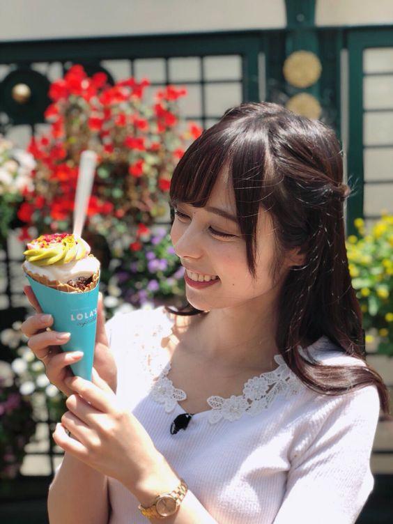 アイスを見つめる横顔の山本萩子アナ