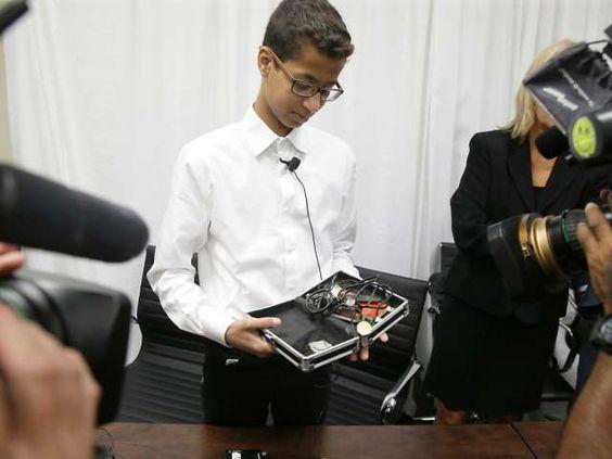 Diese Bastel-Box hat sein Leben verändert: Ahmed Mohamed zeigt bei einem Besuch in Dallas die Uhr, welche für eine Bombe gehalten wurde.