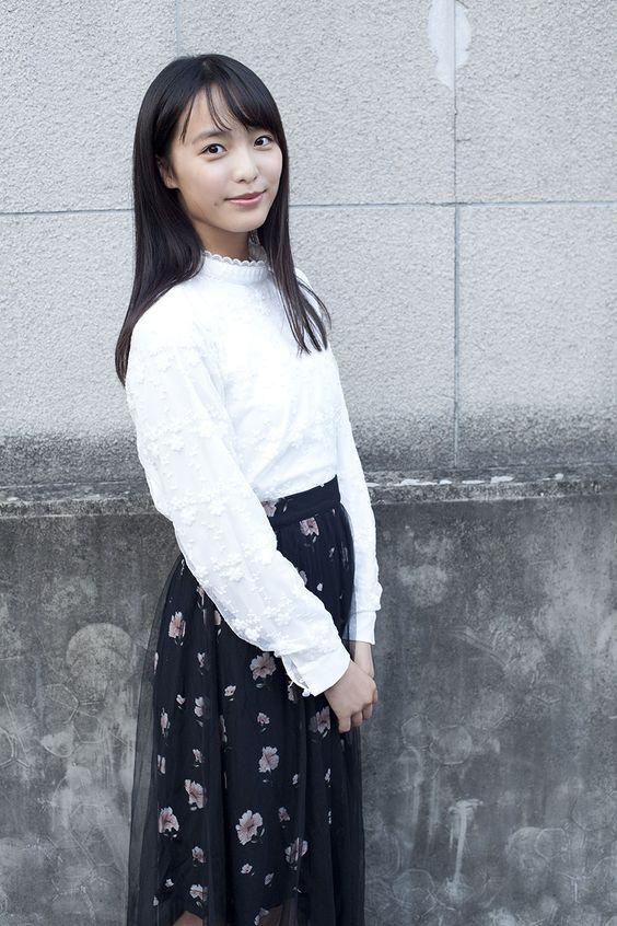 黒いスカートをはいた駒井蓮