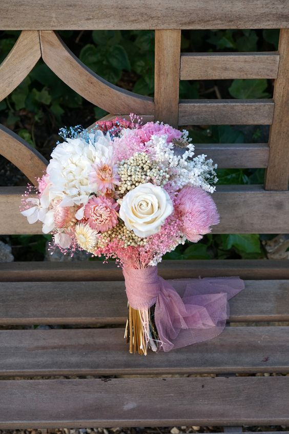 Ramo de novia con flores preservadas y secas, hortensia, rosa y clavel