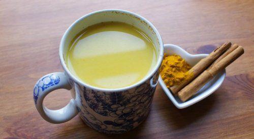 Bebida curativa con jengibre, canela, cúrcuma, aceite de coco y miel