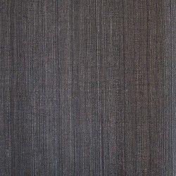 Diseño en colores lisos con ligeras rayas gris oscuro en este papel pintado de la colección Opium de Parati.