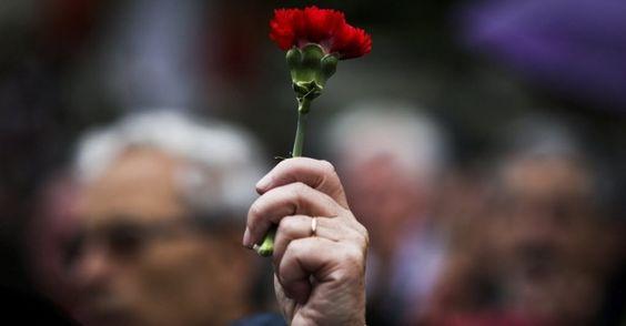 20150425 - Portuguesa segura um cravo durante comemoração dos 41 anos da Revolução dos Cravos, em Lisboa, neste sábado (25). O movimento, que eclodiu em 25 de abril de 1974, pôs fim ao regime ditatorial que governava Portugal  PICTURE: Mario Cruz/EPA/EFE