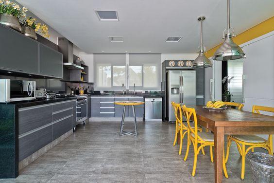 Cocina con elementos amarillos y acero - Cocinas amarillas, el color para los optimistas