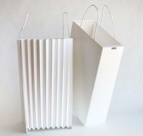 A nice bag project developed in a packaging class by Justin Lyn. The accordion bag can expand to accommodate more content or can become a paper basket.