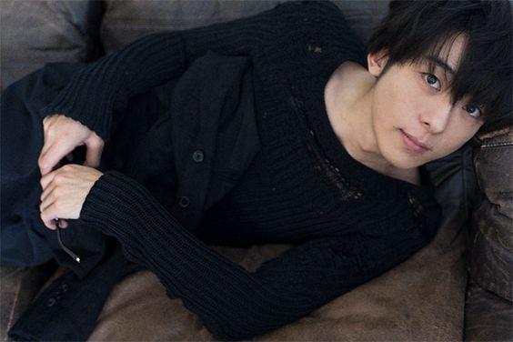 黒いシャツを着てソファーに横になっている高橋一生の画像
