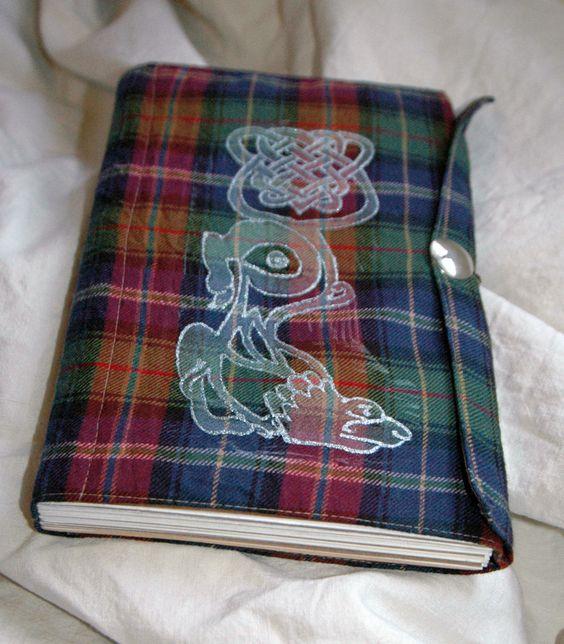 """Špalíček skicář - do Skotska 2 STĚHOVÁNÍ! K této objednávce si můžete vybrat jeden ze sešitů """"Na zápisky"""" nebo Do Skotska 3 jako dárek! Pište prosím do poznámky. Na pruh bavlny, ručně šitý skicák z různých druhů akvarelových a okrově zbarvených kartónů v textilní obálce. Obal je vlněný s příměsí, knofl je kovový. Ornament vpředu je vytištěný linorytem a ..."""
