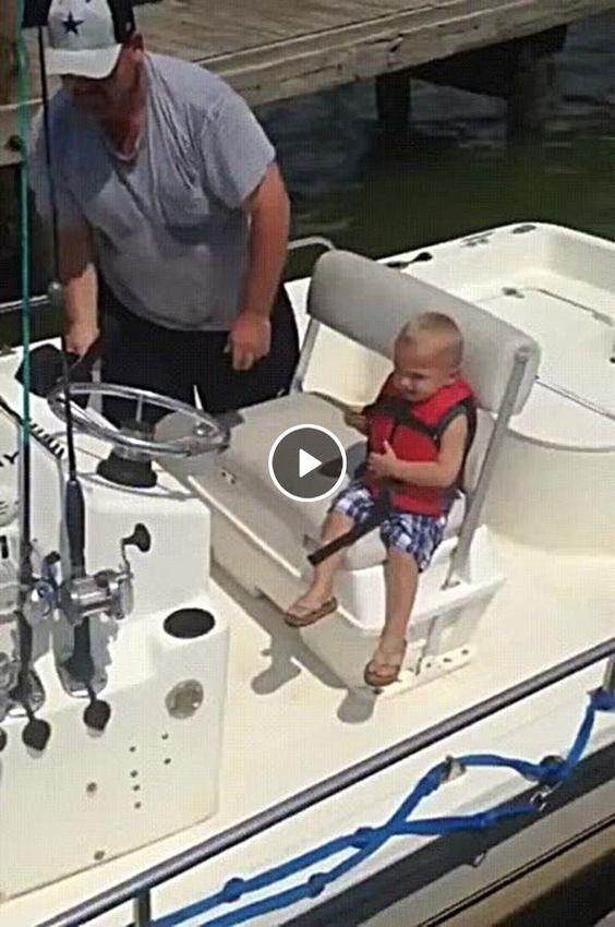 O pai quase jogou seu próprio filho fora do barco, essa foi por pouco