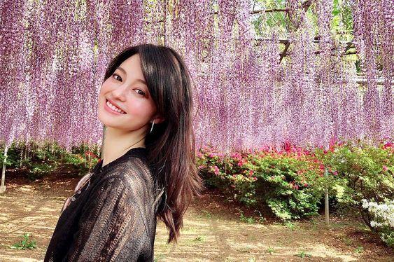 藤棚の下に立っている大人っぽい雰囲気の小林涼子の画像