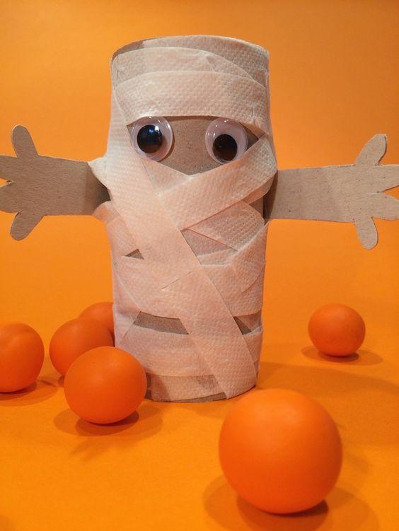 Mumie aus einer Papprolle und Toilettenpapier für Halloween basteln - halloween mummy - blog.hellomime.eu