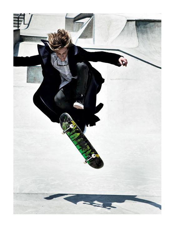 スーツでスケートボード