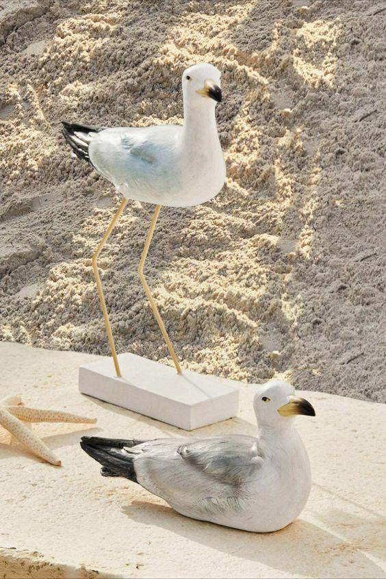 Sehr authentisch gestaltet. Handbemaltes Polyresin. Jedes Tier ein Unikat. Diese beiden hübschen Deko-Möwen sehen wirklich aus, als seien sie gerade vom Strand hereingeflattert. Sie erhalten zwei maritime Designs mit vielen Details im Set, die beide ganz lebensecht aussehen. Träumen Sie sich mit diesem stilvollen Deko-Duo ans Meer, hören Sie das Wellenrauschen und die Möwenrufe im Ohr und fühlen Sie sich jeden Tag ein wenig wie im Urlaub. Loberon Möwe 2er Set... *Pin enthält Werbelinks