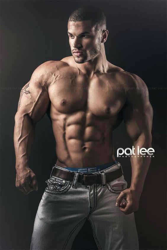 muskulose manner nackt