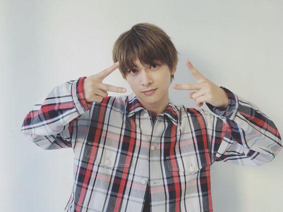 チェックシャツとピースサインの吉沢亮の高画質画像