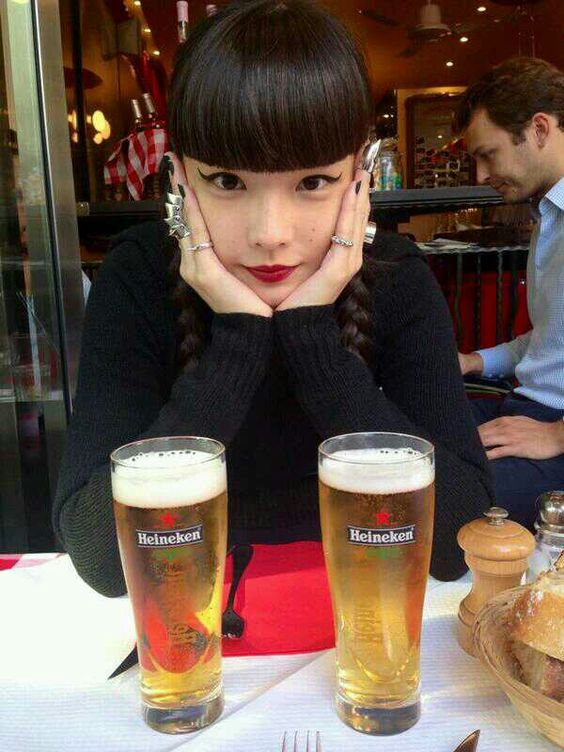 ビールを飲んでいる秋元梢