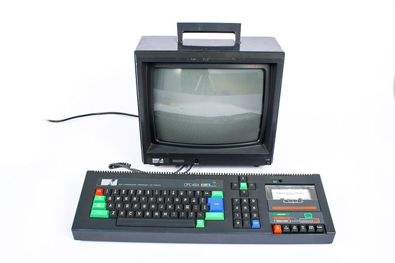 Computador Amstrad CPC 464 (EUA, 1984). 64 KB. Monitor a cores.    Computador doméstico criado e comercializado pela empresa britânica Amstrad Consumer Plc, a qual depois de se dedicar à produção e venda de televisões, rádios e Hi-Fi, decidiu incluir computadores no seu catálogo de produtos, já que queria competir com os Commodore e os Spectrum que, nesse momento, dominavam o mercado.  http://en.wikipedia.org/wiki/Amstrad_CPC
