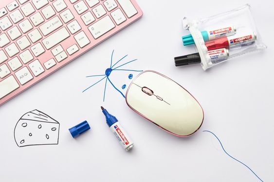 """🐁 🧀 Omdat het bijna weekend is: een leuk kantoorgrapje! Maak een """"echte"""" muis van de muis op het bureau van je collega 😉#eddingdiy #edding #diy #creatief #creative #drawing #tekenen #kantoorgrap #bijnaweekend #lol #grapjemoetkunnen #muis"""