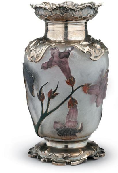 DAUM Nancy Digitales Vase en verre multicouche de forme ovoïde. Le col