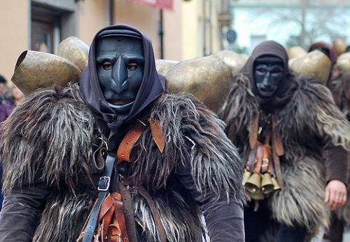 Carnevale Mamuthones Issohadores Sardegna folclore riti Mamoiada